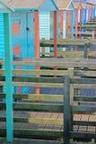 Uma fileira de cabanas de madeira coloridas ao longo da frente marítima em Whitstable, Reino Unido Imagem de Stock