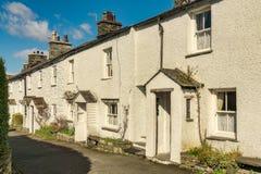 Uma fileira de casas de campo whitewashed em Ambleside, o lago inglês Dis Fotografia de Stock Royalty Free