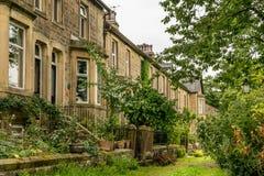 Uma fileira de casas terraced tradicionais com jardins fotografia de stock
