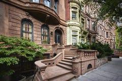 Uma fileira de construções coloridas do brownstone fotografia de stock royalty free