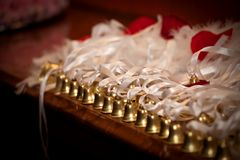 Uma fileira de handbells dourados com fitas imagens de stock