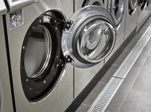 Uma fileira de máquinas de lavar industriais Imagens de Stock Royalty Free