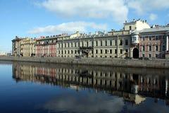 Uma fileira de mansons velhos no rio de Fontanka Fotos de Stock Royalty Free