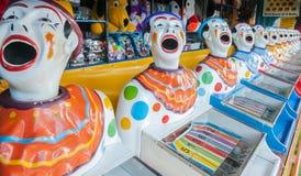 Uma fileira de palhaços do jogo do carnaval do secundário com as bocas abertas diminui Imagem de Stock