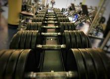 Uma fileira de pesos pesados no gym fotografia de stock royalty free