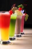 Uma fileira de sucos coloridos Fotos de Stock