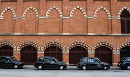 Uma fileira de táxis pretos de Londres imagem de stock royalty free