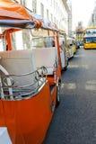 Uma fileira de turistas de espera do triciclo bonde em Lisboa Imagem de Stock Royalty Free