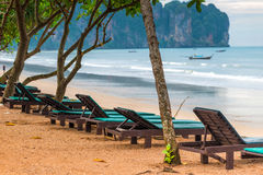 Uma fileira de vadios vazios do sol na praia de Ao Nang Imagens de Stock