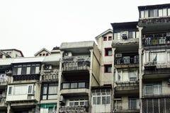 Uma fileira do condomínio velho, construção de casa residencial aglomerada velha do cortiço do vintage em Taipei, Taiwan foto de stock