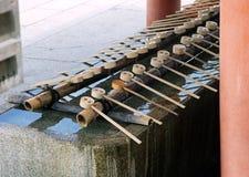 Uma fileira do instrumento de madeira japonês da vara com fundo principal circular imagens de stock