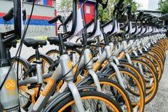 Uma fileira do obike está estacionando em Pasar Seni o oBike é primeiramente sistema esperto stationless da parte da bicicleta em imagens de stock royalty free