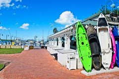 Uma fileira dos caiaque coloridos que estão eretos contra uma construção em um porto em Islamorada, Florida fotografia de stock