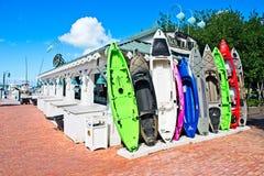 Uma fileira dos caiaque coloridos que estão eretos contra uma construção em um porto em Islamorada, Florida foto de stock royalty free