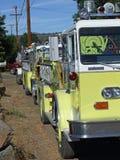 Uma fileira dos firetrucks. imagem de stock
