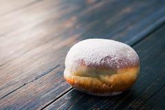 Uma filhós de geleia doce com açúcar pulverizado Fotografia de Stock Royalty Free