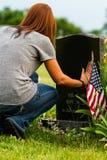 Uma filha em seu Father& x27; local grave de s imagem de stock