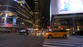 Uma filtração disparada através do Times Square na noite video estoque