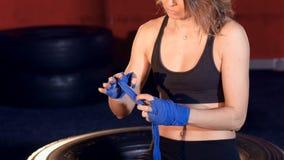 Uma fita do encaixotamento envolvida em torno e entre dos dedos da mulher vídeos de arquivo