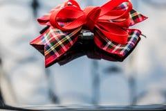 Uma fita vermelha na caixa da tela em um fundo espelhado escuro Reflexão e brilho Fundo para o projeto à moda e bonito fotografia de stock royalty free