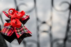 Uma fita vermelha na caixa da tela em um fundo espelhado escuro Reflexão e brilho Fundo para o projeto à moda e bonito imagens de stock royalty free