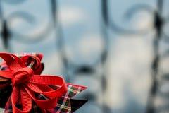 Uma fita vermelha na caixa da tela em um fundo espelhado escuro Reflexão e brilho Fundo para o projeto à moda e bonito fotos de stock