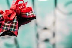 Uma fita vermelha na caixa da tela em um fundo espelhado escuro Reflexão e brilho Fundo para o projeto à moda e bonito imagens de stock
