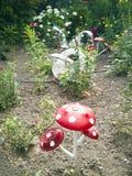 Uma flor de uma garrafa plástica Cogumelo das bandejas velhas Cisne do ônibus A decoração para o jardim fá-lo você mesmo reusar fotografia de stock