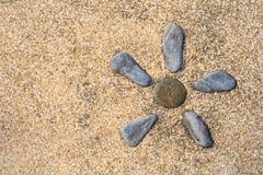 Uma flor deu forma à alvenaria ajustada em um pavimento de pedra Fotografia de Stock