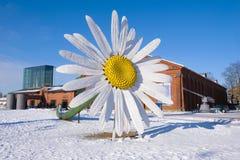 Uma flor gigante da camomila perto do centro de exposição de Marinum do fórum em um dia de inverno ensolarado Turku, Finlandia Foto de Stock Royalty Free