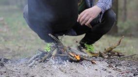 Uma fogueira no ar livre aquece a caldeira filme