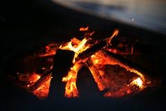 Uma fogueira perto de um verão do lago Foto de Stock