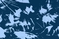 Uma folha de metal coberta com a pintura azul riscada escuro - cores azuis e azuis imagens de stock