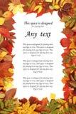 Uma folha de papel branca em um quadro do outono Fotos de Stock