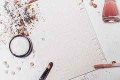 Uma folha de papel cercada por sombras, por um aplicador e pelo verniz para as unhas Abstracção Lugar para a inscrição Foto de Stock
