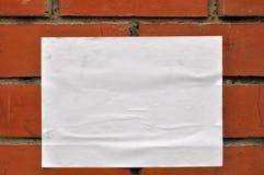Uma folha de papel na parede Imagens de Stock