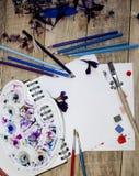 Uma folha de papel vazia para o texto com pétalas da flor em um fundo de madeira Ilustração de um passatempo, de um desenho e de  Imagem de Stock Royalty Free