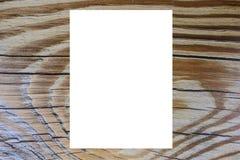 Uma folha do Livro Branco em um fundo de madeira imagens de stock royalty free