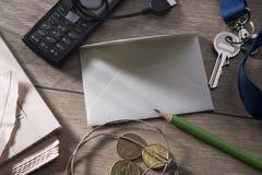 Uma folha para escrever em uma tabela cercada fotos de stock