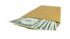 Uma folhas coloridas do dólar cédula no envelope marrom Imagens de Stock Royalty Free