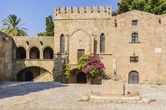 Uma fonte antiga de água no quadrado medieval de Argyrokastru O Rodes, cidade velha, Grécia fotos de stock royalty free