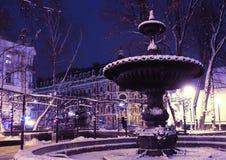 Uma fonte antiga no parque perto do Golden Gate em Kiev imagem de stock