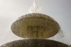 Uma fonte com água que corre para baixo Fotografia de Stock