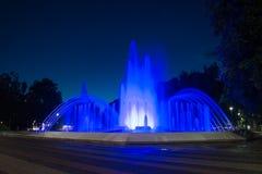 Uma fonte de água iluminada na noite Imagens de Stock