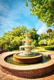Uma fonte em um parque da cidade fotos de stock royalty free