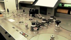 Uma fonte memorável velha com água potável na tabela de máquina retro do mountainProfessional para transmitir um filme de filme v vídeos de arquivo