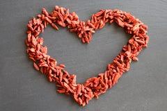 Uma forma do coração feita das bagas secadas do goji foto de stock royalty free