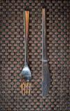 Uma forquilha e uma faca fotografia de stock