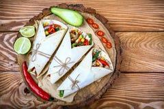 Uma foto aérea de burritos mexicanos com carne, arroz, os feijões pretos, e os vegetais, com um molho de queijo, pimentas de pime fotos de stock royalty free