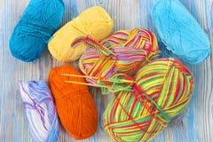 Uma foto aérea do lugar de funcionamento Bola multicolorido das agulhas de confecção de malhas e do fio de algodão do arco-íris d Fotografia de Stock Royalty Free
